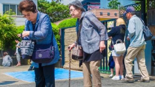 中国退休老人去日本旅游,看到此事很意外,和中国反差太大