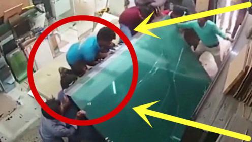 男子低估玻璃重量,硬是自己死扛,3秒后悲剧了!