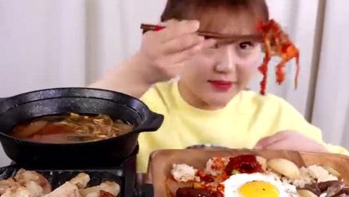 韩国吃货小姐姐,吃酱油虾、煎蛋、烤排骨,看看这吃法,太香了