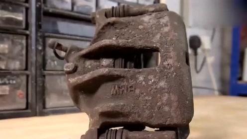 国外小伙意外得到一个废弃的宝马刹车制动钳,翻新一下应该还能用