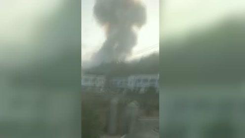湖南浏阳烟花厂爆炸腾起滚滚黑色浓烟