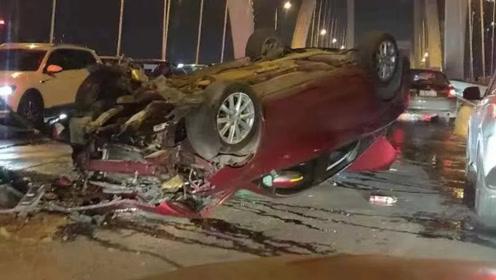 为超车小车载一家三口撞上大桥护栏仰翻 2人被送往ICU