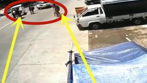 一群学生横穿马路,不料惨遭无良司机狂怼,十几条生命就此陨落!