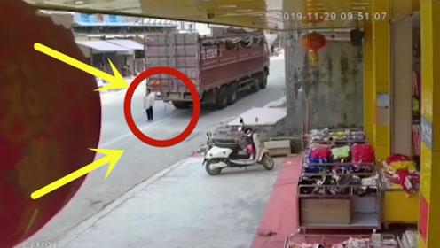 女子遭撞倒,卷入车底碾压身亡,监控拍下可怕瞬间