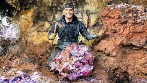 """男子上山挖矿,突然捡到大块""""紫水晶"""",网友:你发财了!"""