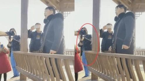 大衣哥表演学驴叫逗笑众人,村民为拍大衣哥竟买专业照相机