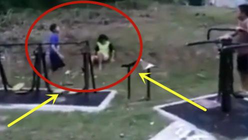 实拍:公园恐怖一幕!小孩看到撒腿就跑,监控记录全程!