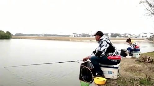 美女野河边钓鱼,接连空竿不上鱼,旁边大师指点几句就开始连杆