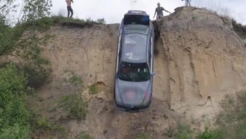 汽车从高处摔落有多危险?看完牛人亲自实验,网友直呼太烧钱