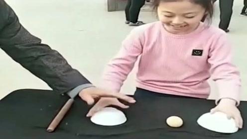 小姑娘不愧是鬼手传人,表演的魔术,没人猜得出来鸡蛋去哪了?