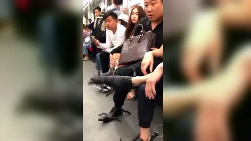 地铁上敢穿这鞋,敬你们是个汉子,就不怕被人家踩掉吗?
