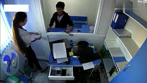 美女独自在公司值班,闯进来一个小伙,监控拍下他胆大妄为的一幕