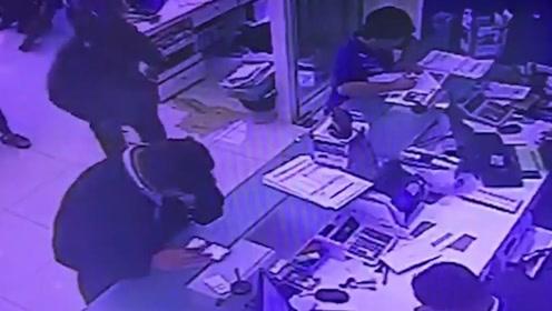 男子全副武装持枪抢劫银行 结果刚一开始就悲剧了