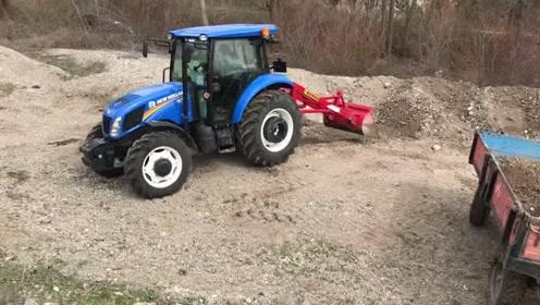 农村大叔把拖拉机改造成小型铲车,一机两用太方便了