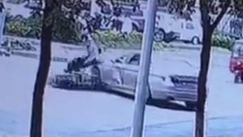 小车转弯时未注意观察 将直行摩托车撞飞
