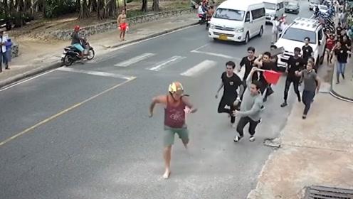 游客被普吉岛餐厅十多名员工当街追打 现场画面曝光