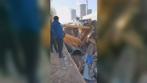 75吨吊车施工遇路面塌陷 一学徒司机疑似当场身亡