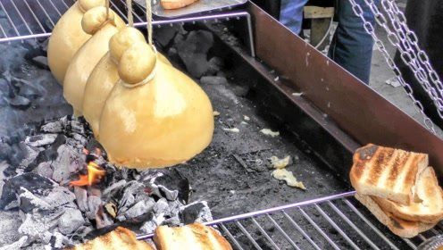 拿奶酪吊起来烤,没想到这么好吃,生意火到不行