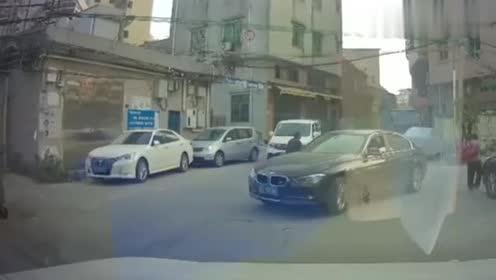 这车主开车真霸道,人在路中间都不说让一下!