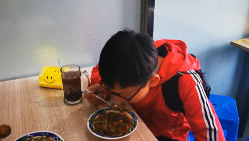 """昨晚吃了""""东北煎粉"""",今天来吃芜湖的炒凉粉,看看哪个更好吃"""
