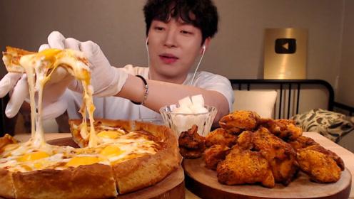 芝士披萨加脆皮鸡,韩国小哥慢慢品尝,这顿吃得太享受了