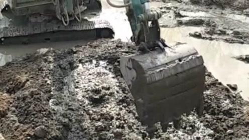 见过这个样子浇筑混凝土吗?就地取材还是偷工减料呢?