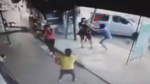 司机酒驾致卡车失控冲进商场 女子怀抱婴儿死里逃生