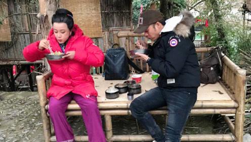 刘晓庆晒照分享剧组生活 穿棉袄不顾形象端盆吃饭!