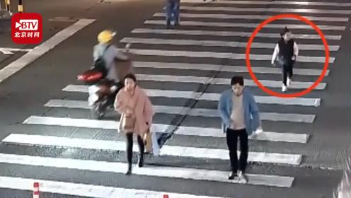 双胞胎妹妹倒骑毛驴坐电动车被颠掉 妈妈全然不知载着姐姐骑车走了