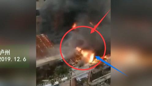突发!泸州通滩一房子起火 浓烟滚滚