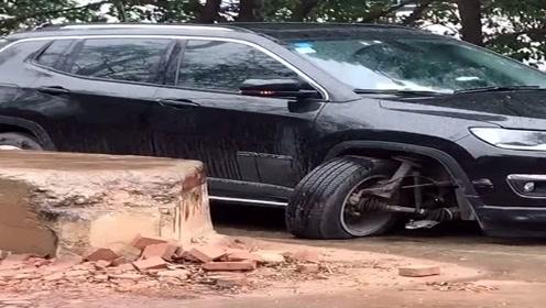 我滴个乖乖,女司机太猛了,直接把轮胎都干掉了!