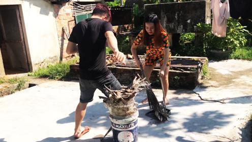 女友恶搞男友,在水桶上洒满树叶制造陷阱,一脚下去水花四溅!