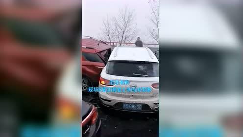 贵州高速发生连环追尾事故几十辆车挤成一团