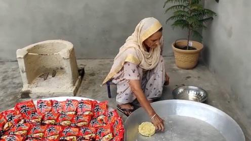 印度老太村口免费煮方便面,一次煮50包,网友:这次你赢了!