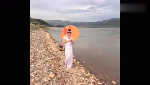 傣家小妹走在澜沧江边上,江水美人,美得像一幅画!