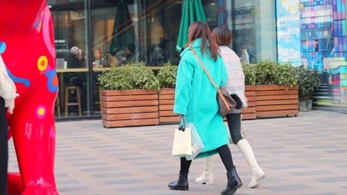 三里屯街拍:白靴显长腿,绿大衣悦目,这对闺蜜穿搭时尚很吸睛