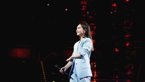 杨丞琳演唱会肩带断掉差点走光 笑回:有人帮我扶