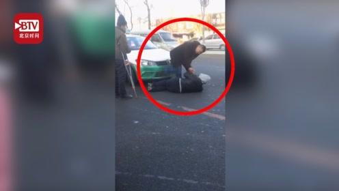 """起争执后乘客横躺出租车前不愿走 的哥当众连喊7声""""爹"""""""