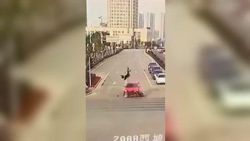 电动车闯红灯被轿车撞飞 驾驶员腾空旋转翻飞后摔在地上