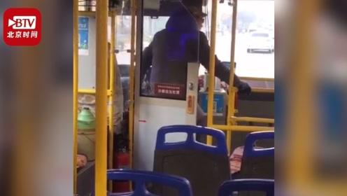 公交司机单手握方向盘边开车边蹦跳 公交公司:已开除 车辆正整改