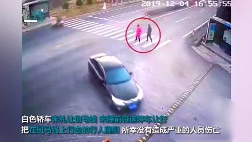 没有比安全更急的事!小汽车斑马线不礼让 快速通过撞倒行人