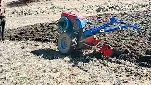 农村耕地的小哥哥,用的机器居然还能自己前进,简直太不可思议了!