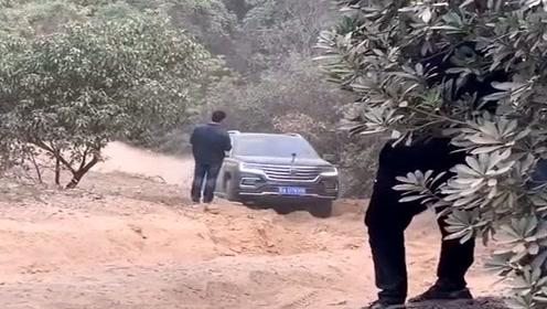 老司机开越野车冲大坡,还以为技术很牛,结果刚到中途就尴尬了!