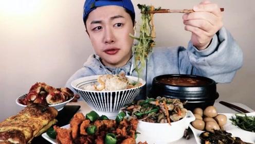 韩国小哥吃香辣猪肉和蛋卷,泡菜汤香辣可口,吃的实在是太过瘾了!