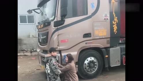 这是卡车女司机的两个孩子,特别懂事,每次都这样目送妈妈出门!