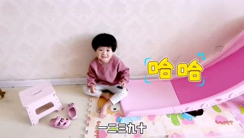 宝宝起床就玩滑梯,爸爸担心她磕着,宝宝竟然反驳爸爸!