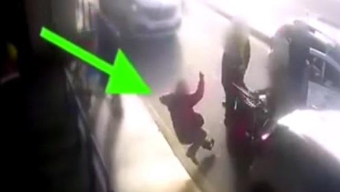 不打表,打人!监拍:意大利一乘客与的哥发生口角被对方一拳打倒