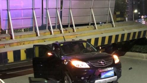 一个车头一个车尾!限高架被货车撞塌2车被压 现场监控曝光