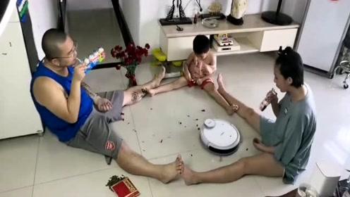一家三口坐地板上嗑瓜子,可苦了机器人,忙的昏头转向的