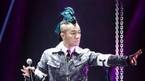 陈小春宣布应采儿怀二胎 舞台上大喊:谢谢我老婆